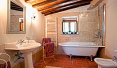 Agriturismo, country house in classic Tuscan style in Cortona with two rooms with queen sized beds and one room with two twin beds, for 6 people.
